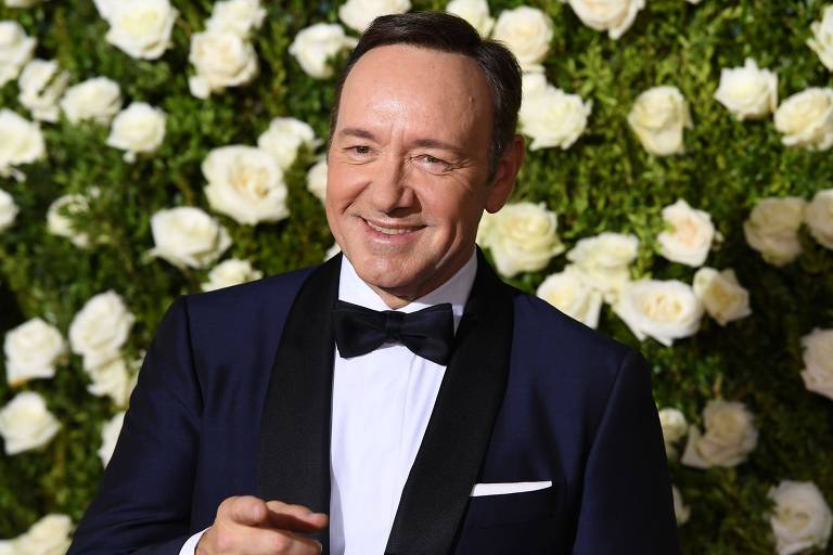 Kevin Spacey, de terno, no tapete vermelho do Tony Awards 2017