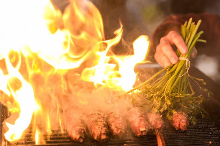 A cozinheira Martina Cavalcante prepara a receita de espeto de carne de bode criada pelo chef Yuri Machado e uma das opções presentes no primeiro dia do Festival Fartura