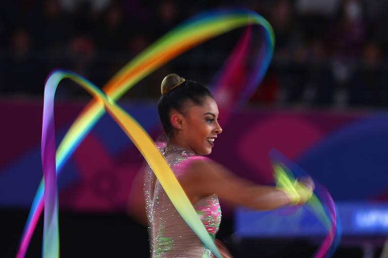 Bárbara Domingos fazendo movimentos com a fita durante apresentação no Pan de Lima em 2019