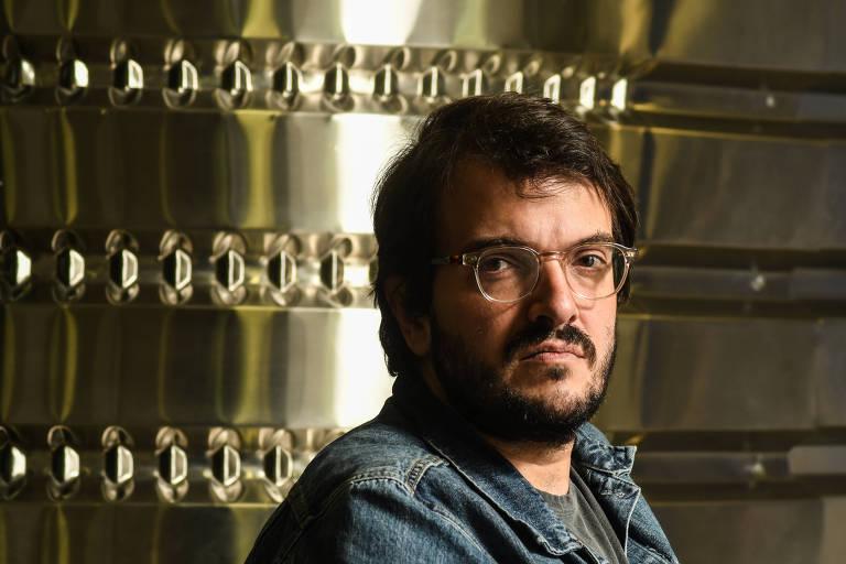 Retrato do produtor de cinema Rodrigo Teixeira com material metálico ao fundo