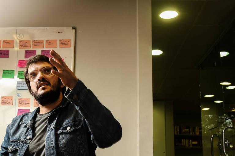 Retrato do produtor de cinema Rodrigo Teixeira com o braço esquerdo levemente levantado