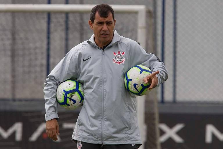 O técnico Fábio Carille comanda o treino do Corinthians