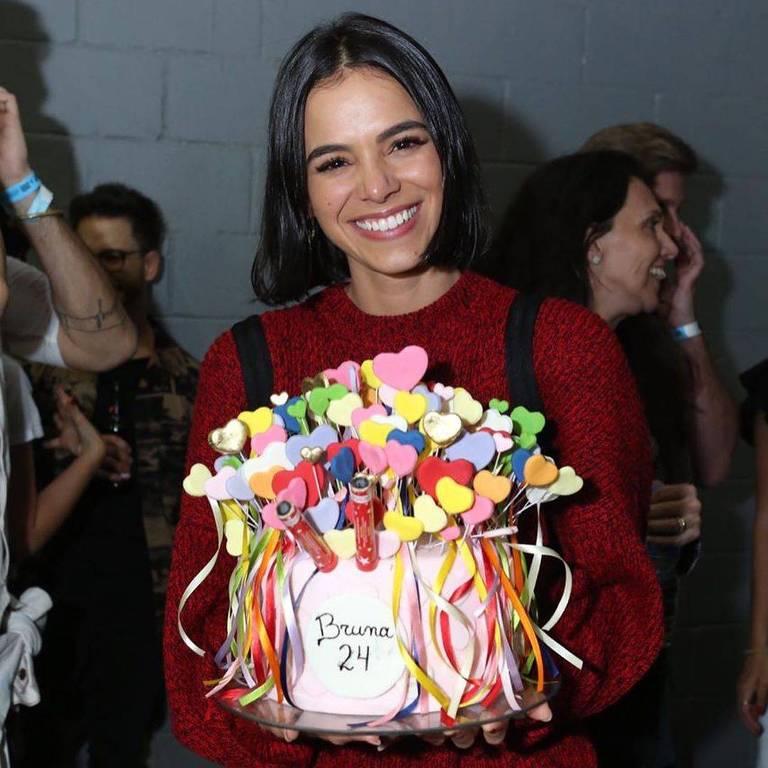 Bruna Marquezine ganha festa de aniversário surpresa em show de Sandy e Júnior
