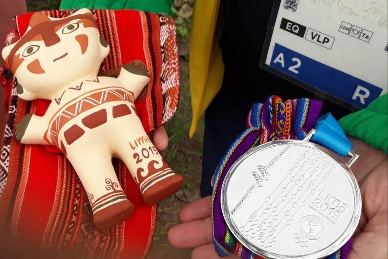 Medalha e mascote que será entregue a Ruy Fonseca, que está hospitalizado
