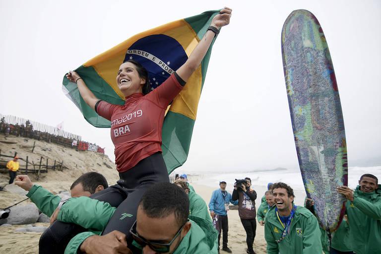 Chloe Calmon comemora a conquistado ouro no longboard, neste domingo (4)