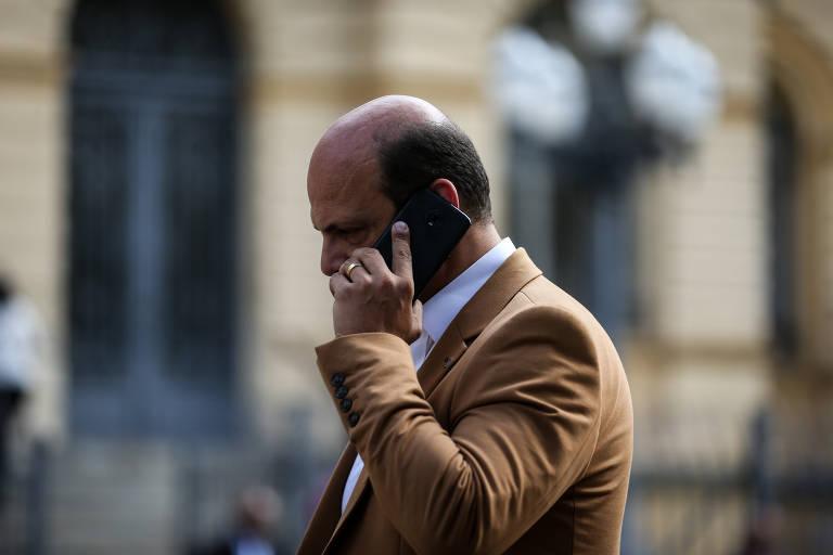 Paulistanos usam celulares pelas ruas da cidade