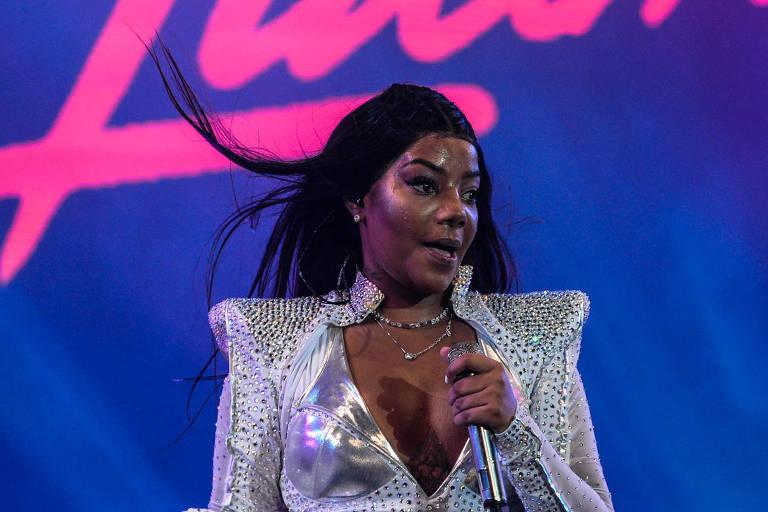Ludmilla no Réveillon de Copacabana, no palco principal em frente ao Copacabana Palace