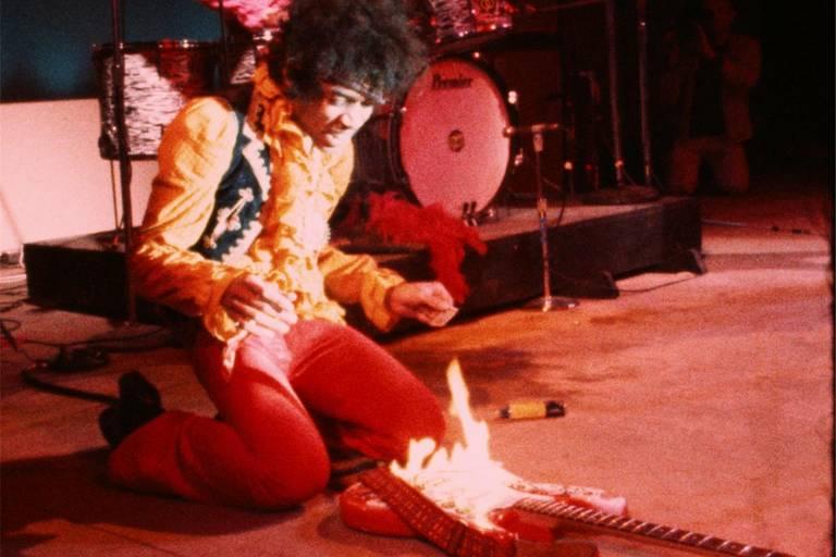 jimi hendrix colocando fogo em guitarra