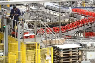Linha de produção da cerveja Itaipava em Itapissuma/PE