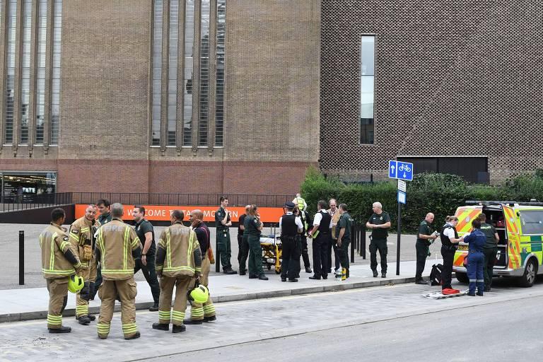 Policiais, bombeiros e ambulâncias do lado de fora da Tate Modern, em Londres, onde um menino de 6 anos foi jogado do 10º andar do museu