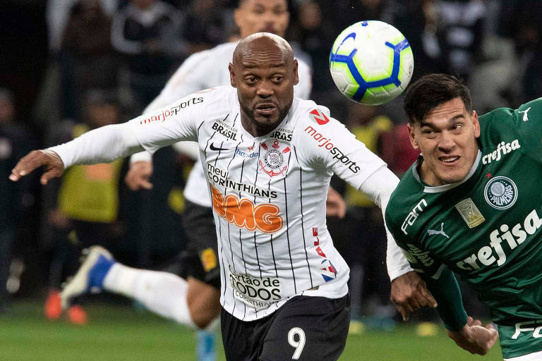 O atacante Vagner Love trava a disputa pela bola com o zagueiro Gustavo Gómez.