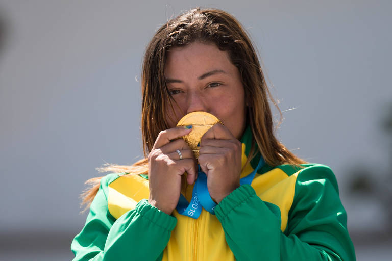 Ana Sátila beija medalha de ouro conquistada neste domingo (4), na canoagem