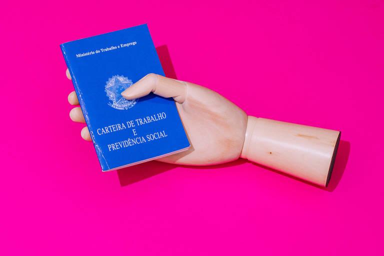 Mãos de bonecos segurando carteira de trabalho