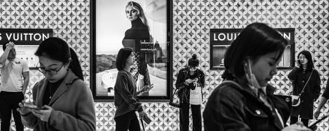 Pequim, China. 12/04/2019. DESIGUALDADE GLOBAL. Movimento de consumidores em frente a uma loja da Louis Vuitton em um shopping center em Pequim. ( Foto: Lalo de Almeida/ Folhapress )***EXCLUSIVO FOLHA*** ORG XMIT: AGEN1905271023676513