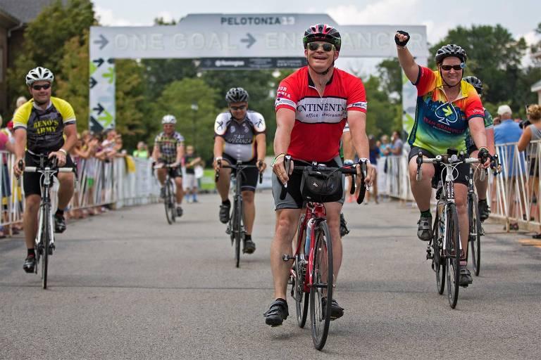 John Looker, de vermelho no centro da foto, depois de pedalar 180 milhas na Pelotonia de 2013