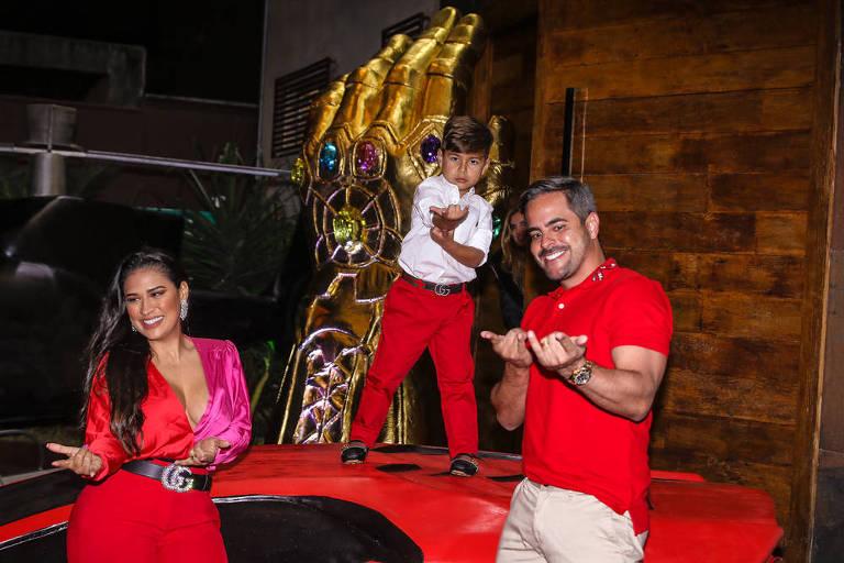 Simone, Henry e Kaká Diniz posam em festa do filho