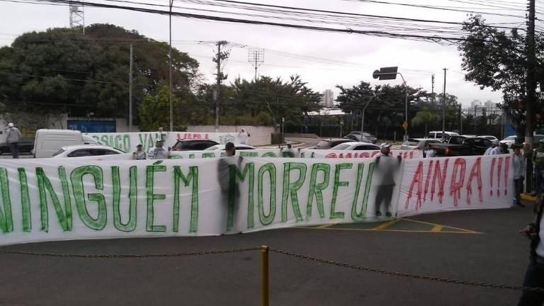 Torcida do Palmeiras estende faixa de protesto pelos maus resultados da equipe com ameaça ao técnico Felipão; ninguém foi punido