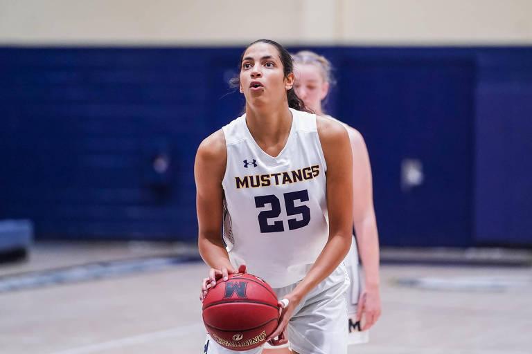 Jogadora de basquete Stephanie Carmem Soares em ação pelo Mustangs