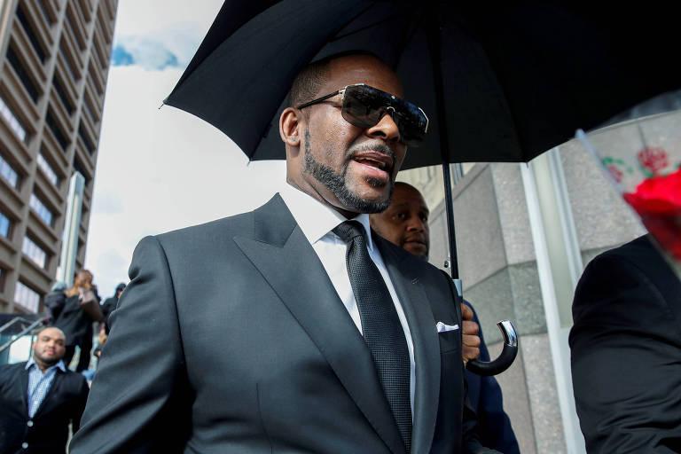 R. Kelly deixa corte em Chicago após acusações de abuso sexual