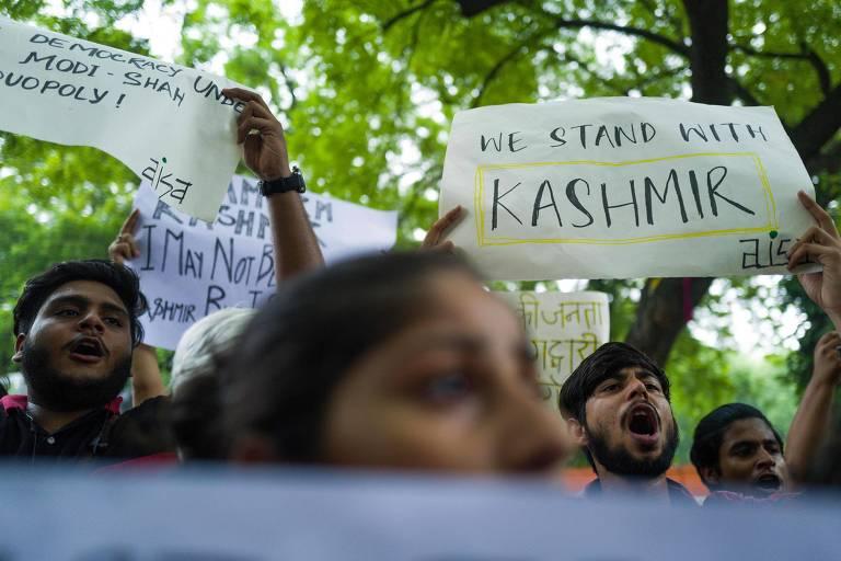 Ativistas e apoiadores de partidos de esquerda da Índia protestam em Nova Déli contra decreto que retira autonomia da Caxemira