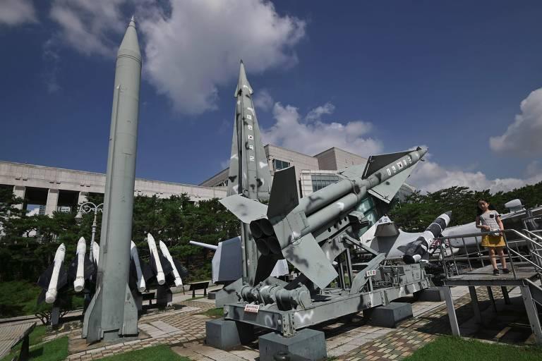 Réplica de mísseis norte-coreanos e sul-coreanos em memorial em Seul