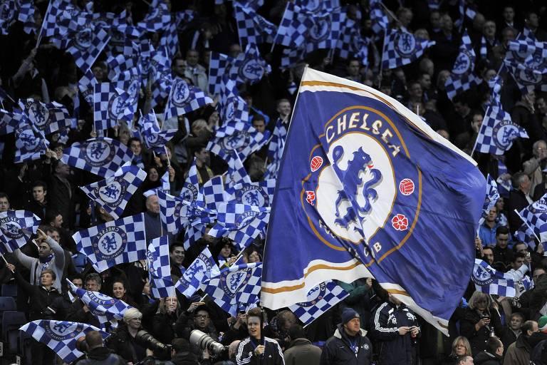 Torcedores do Chelsea balançam suas bandeiras em jogo contra o Barcelona, em 2012