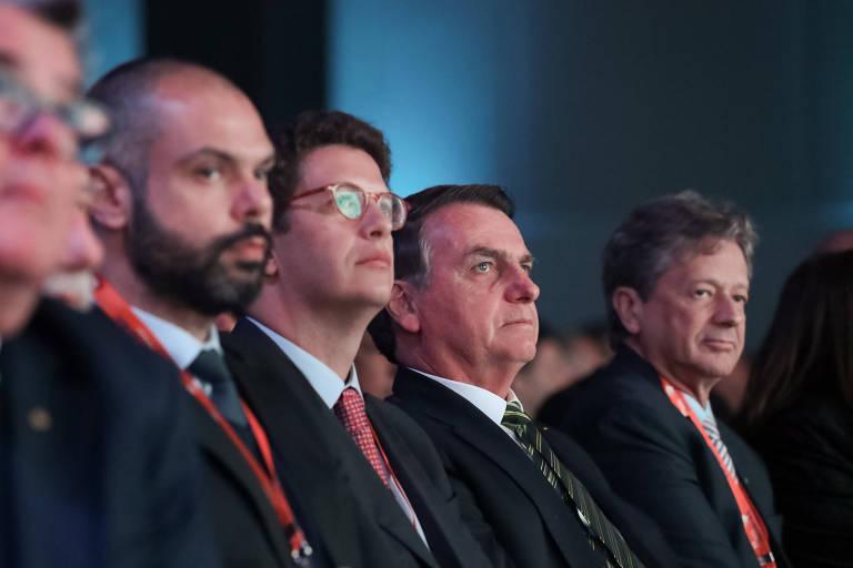 O presidente brasileiro, Jair Bolsonaro, ao lado do prefeito de São Paulo, Bruno Covas (1º da esq. para a dir.), e do ministro do Meio Ambiente, Ricardo Salles (2º da esq. para a dir.), em evento da Fenabrave