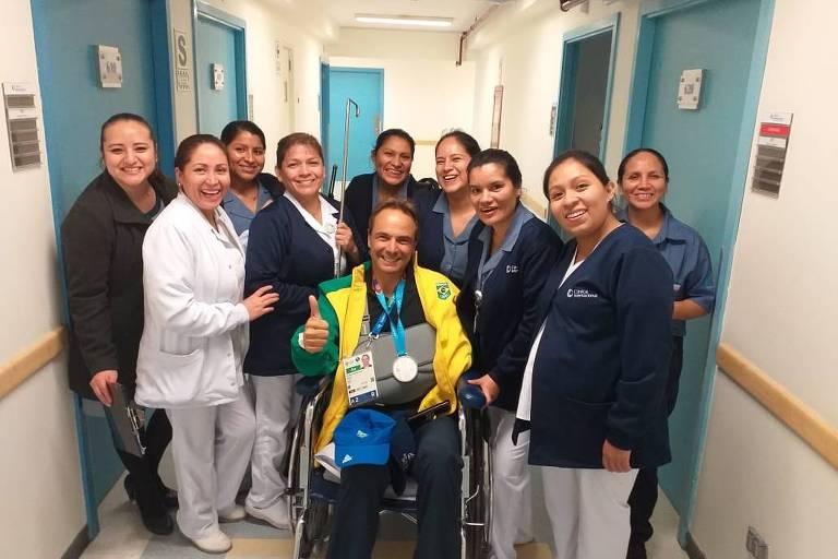 Ruy Fonseca posa para foto com equipe médica que o atendeu em Lima, no Peru