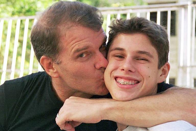 Bernardinho beija o filho Bruninho ainda criança