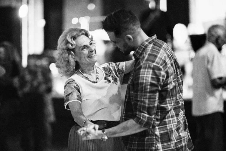 Myrian Martim, 72 anos, dança com seu personal dancer no baile do clube Piratininga, em São Paulo