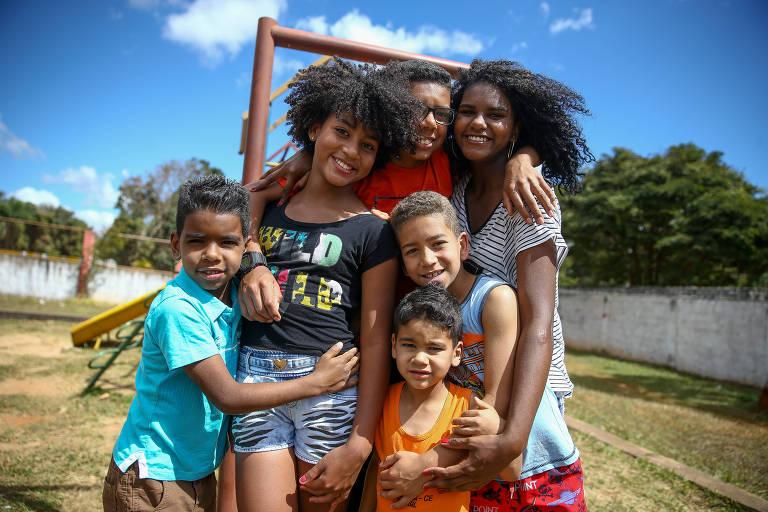Da direita pra esquerda: os irmãos Maria Vitória, Pedro Henrique, Gabriel (embaixo), Vitor (de laranja, embaixo), Miguel (de azul, embaixo) e Ana Julia