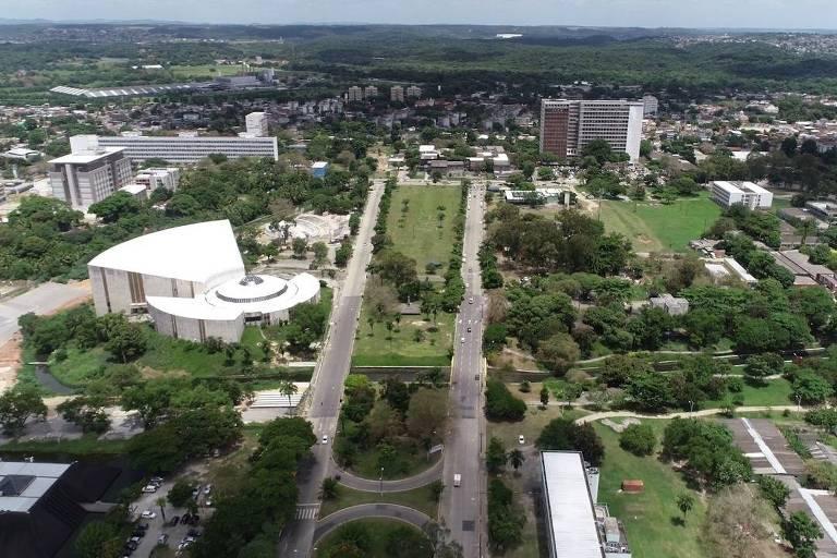 Foto aérea de prédios e espaços abertos