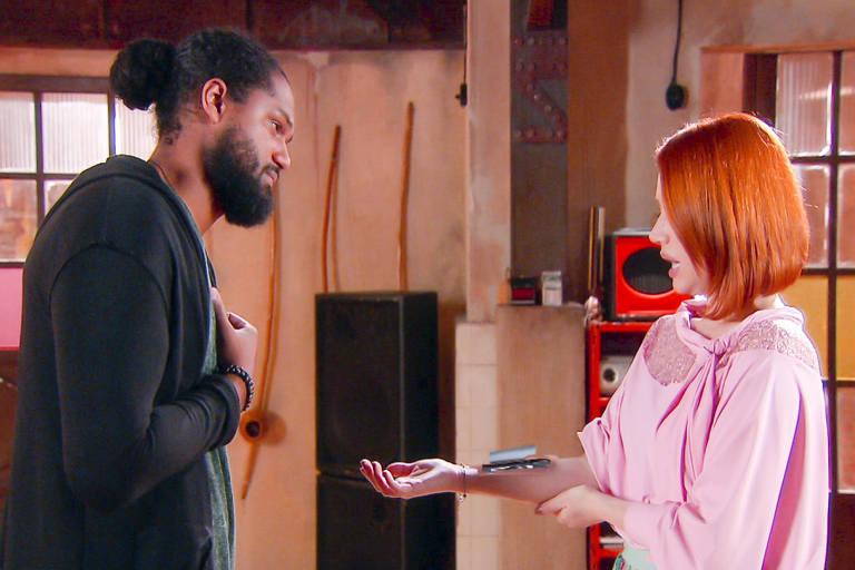 Sophie (Gabriela Petry) mostra a Iuri que usa um braço mecânico (Emilio Farias)