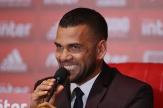 Sao Paulo welcomes new player Dani Alves