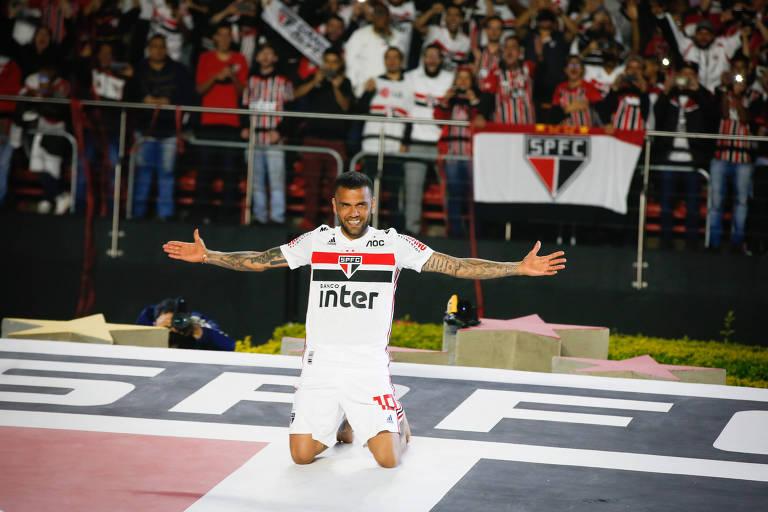 Apresentação do velhinho Daniel Alves, que vai reforçar o São Paulo por três anos