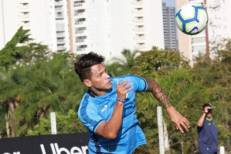 O meia-atacante Giovanni Augusto cabeceia em treino do Goiás; mas ele não poderá enfrentar o Corinthians