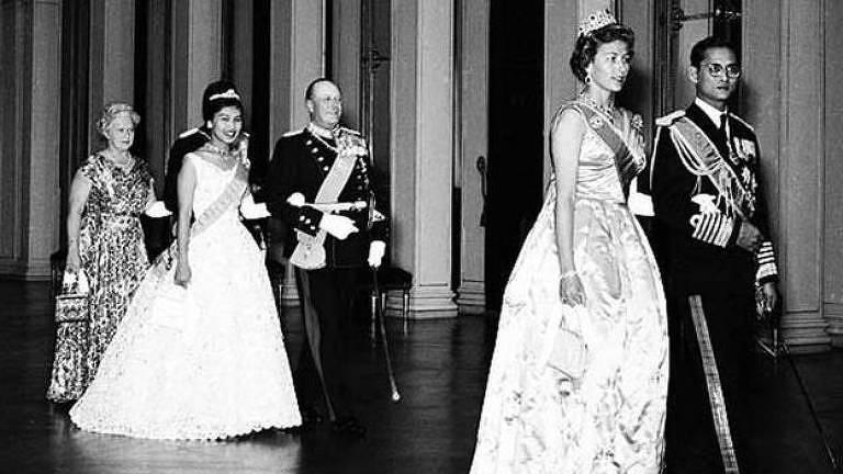 O rei Bhumibol Adulyadej (primeiro à direita), da Tailândia. Seu aniversário tornou-se o Dia dos Pais no país