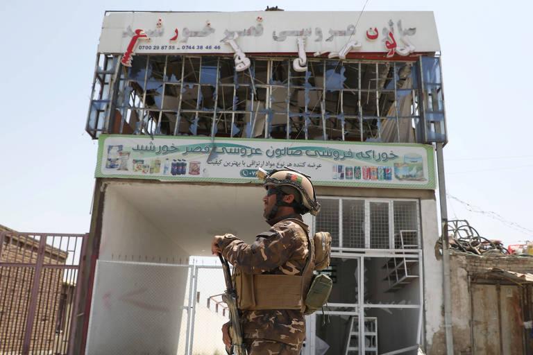Membro das forças de segurança do Afeganisão vigia local onde carro-bomba explodiu em Cabul