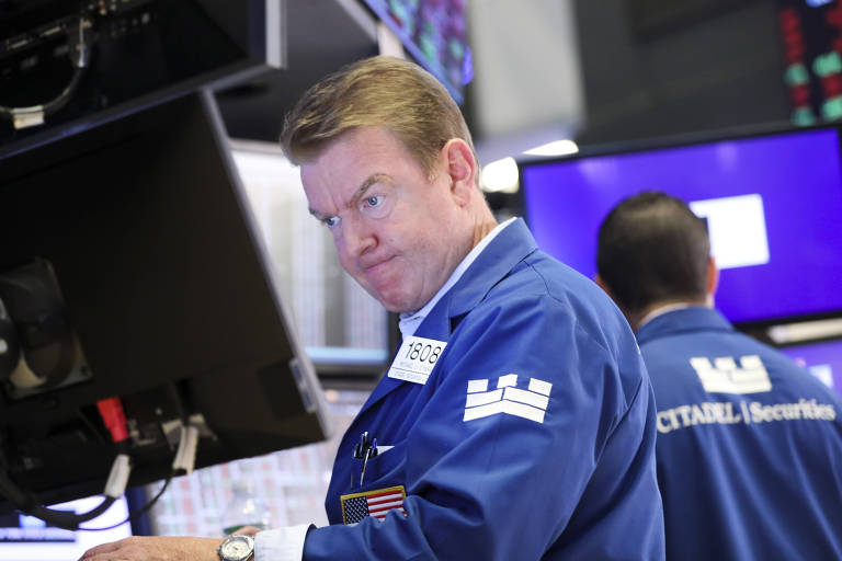 Operadores da Bolsa de Nova York observam computadores com preocupação