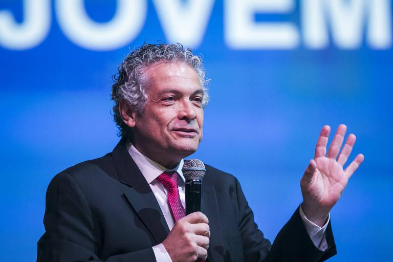 De pé, durante uma palestra e segurando um microfone, o economista Ricardo Paes de Barros, professor do Insper e ligado ao Instituto Ayrton Senna, discursa em evento
