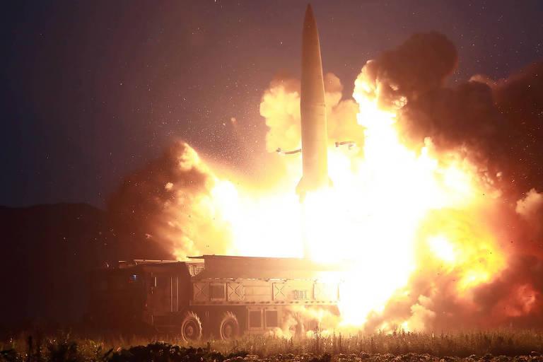 Imagem divulgada pelo governo da Coreia do Norte mostra lançamento de dois mísseis