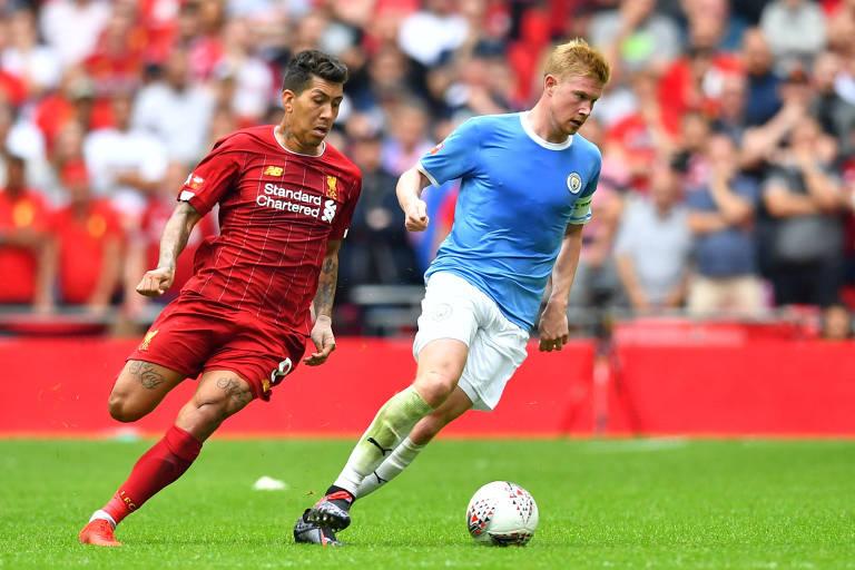O atacante brasileiro Roberto Firmino (à esq.), do Liverpool, disputa a bola com o meia belga De Bruyne, do Manchester City
