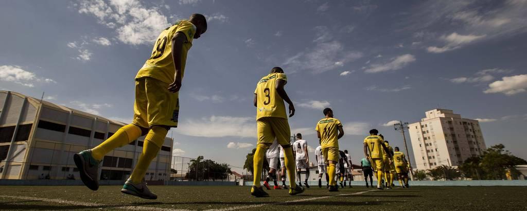Real Cubatense e Indepednente entram em campo para partida da São Paulo em Ermelino Matarazzo, zona leste de São Paulo