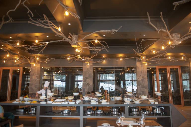 O restaurante do Hotel Termas de Chillán tem decoração inspirada no Chile e oferece opções bufê e à la carte, com destaque para peixes e frutos do mar da região