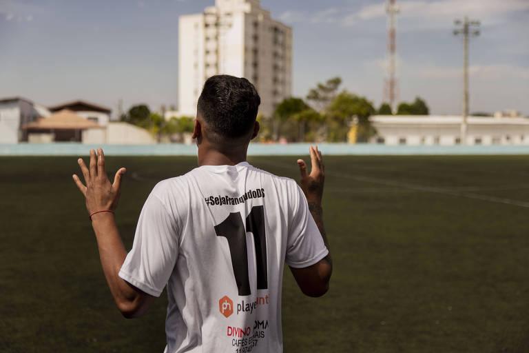 Jogador do Independente reza ao entrar em campo para partida da São Paulo Cup