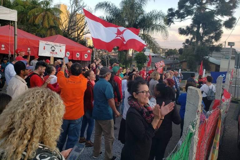 Apoiadores de Lula em vigília na Superintendência da PF em Curitiba comemoram decisão do STF que suspendeu a transferência do petista para São Paulo