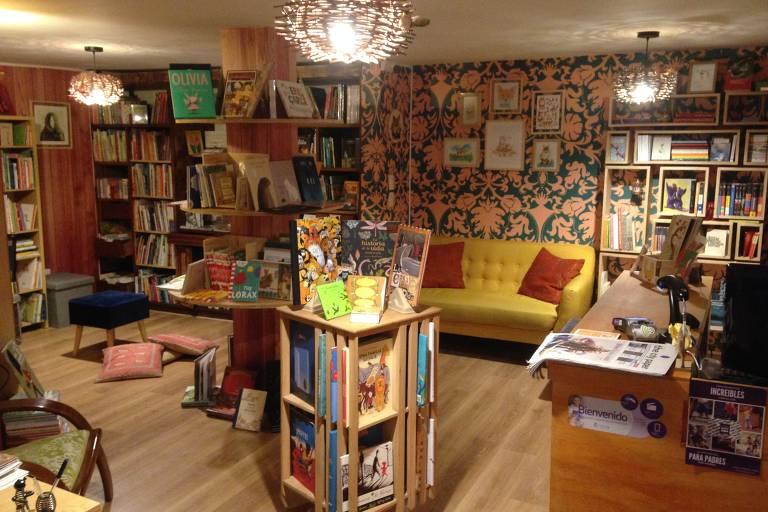 Sala de livraria com estantes de livros