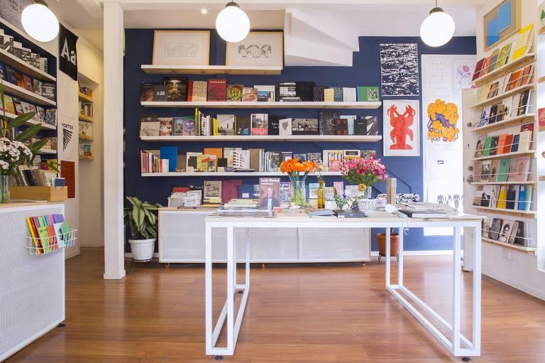 Sala com piso de madeira e estantes com livros