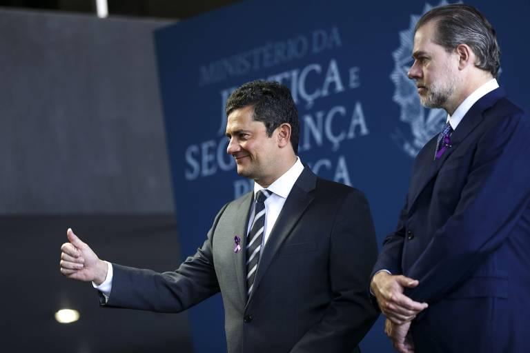 O ministro da Justiça e Segurança Pública, Sergio Moro, e o presidente do STF, Dias Toffoli, durante cerimônia de assinatura do pacto de combate à violência contra as mulheres