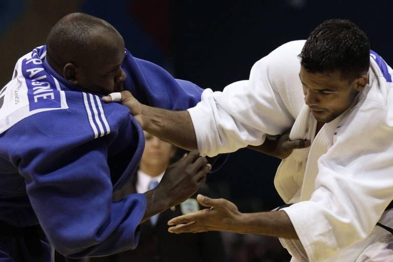 O brasileiro Luciano Correa (de branco) enfrentando o cubano Oreydi Despaigne, no Pan de 2011